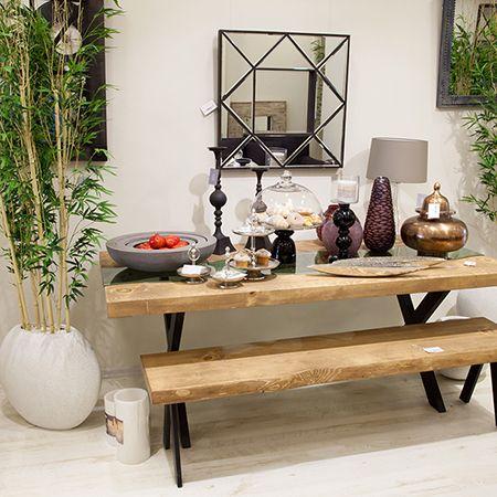 Brooke Yemek Masası -6900TL 1 adet yemek masası  100 x 200 cm  Ortasından cam geçen doğal ahşap malzemeden üretilmiştir.  Mat siyah metal ayaklıdır. Ladin ağacından üretilmiştir.