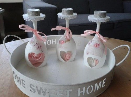Wijnglazen wit gemaakt met gesso en een hartvorm open gehouden daar over heen servetten opgeplakt en afgewerkt met lint roosjes kant en waxina lichtje