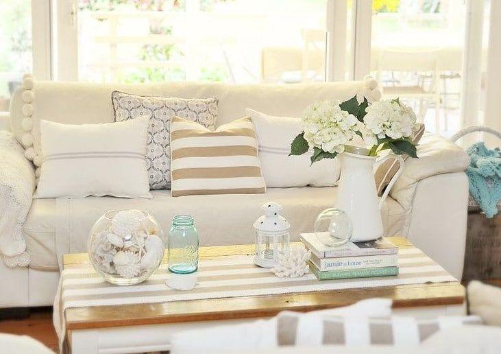 Strandhuis inrichting een interieur in strandstijl en look, met zomerse accenten en accessoires die passen bij de omgeving.