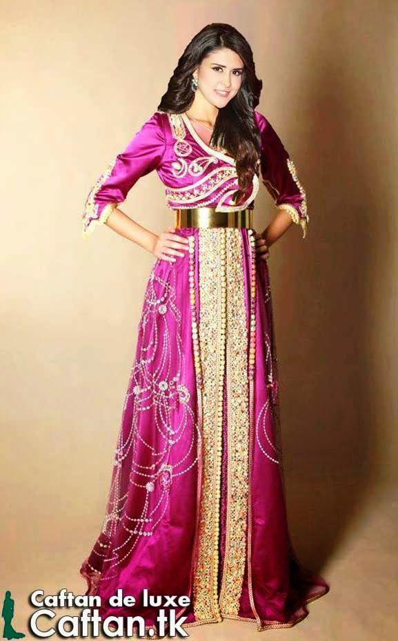 La chanteuse salma rachid présente un caftan courtois un symbole de suavité pour les femmes marocains et les filles convoitant se présenter à l'air des princesse dans les fêtes et les occasions familiales purement marocaines.