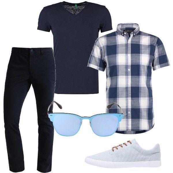 Un paio di pantaloni blu in cotone vengono abbinati ad una t-shirt a manica corta su cui indossare una camicia a scacchi, magari da lasciare sbottonata. Le scarpe sono delle sneakers chiare, mentre gli occhiali da sole hanno delle lenti azzurrate.