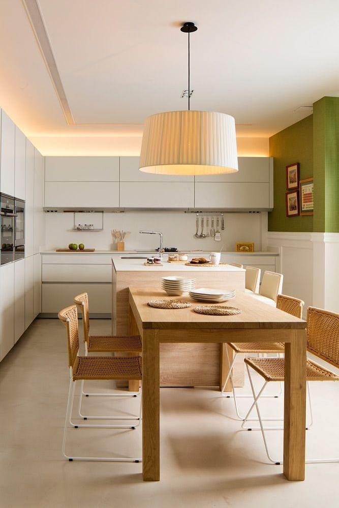muebles blancos con iluminacin con mesa y sillas de madera