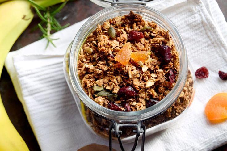 """Honningristet müsli – Granola. Granola er sådan en herlig knasende opskrift, som jeg elsker at eksperimentere med. Man kan putte præcis det i, som skabe og skuffer indeholder af gryn og kerner, – og krydre med præcis de krydderier, og det blandingsforhold, man allerbedst kan lide. Den hjemmelavede udgave smager desuden virkelig godt og sparer...Læs videre """"Honningristet müsli – Granola"""" →"""