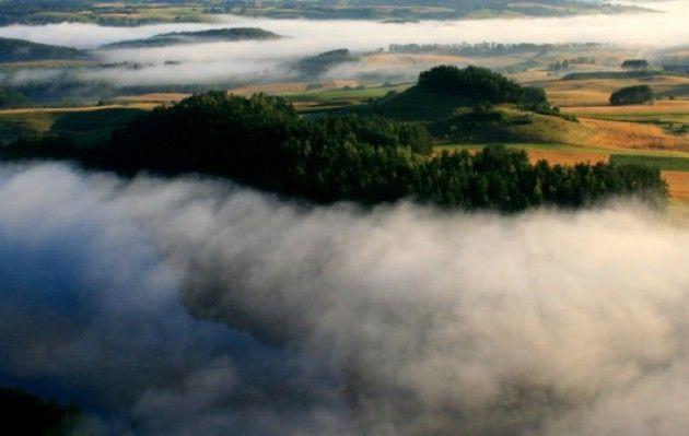Suwalszczyzna. Hańcza jest najgłębszym jeziorem nie tylko w Polsce (jego głębokość według najnowszych badań wynosi 106 metrów), ale też na Niżu Środkowoeuropejskim. Wody jeziora Hańcza są bardzo czyste, a przezroczystość dochodzi nawet do 12 metrów. Nie dziwi więc, że stało się mekką płetwonurków, którzy przyjeżdżają nie tylko z Polski. Ci, którzy nie nurkują, na przykład z roweru mogą podziwiać malownicze zatoki i półwyspy, jakie kreśli linia brzegowa. Nie zapomnijmy też o …