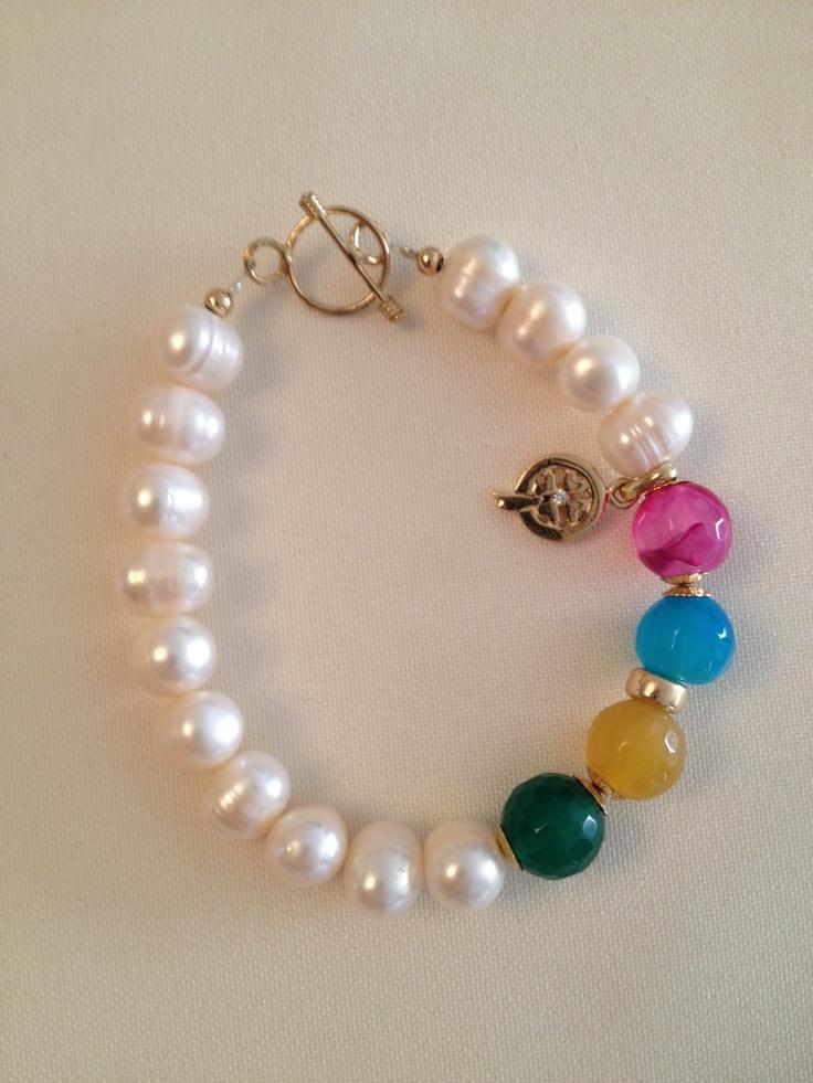 Pulsera en perlas 11mm 1.5 gr cada una , con agatas facetadas en 4 colores, broches y dijes en oro goldfilled