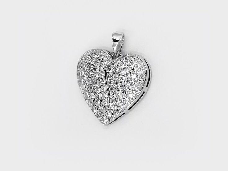 «Большое сердце» (Big Heart) — серебряная подвеска внушительного размера в форме сердечка, украшенное россыпью белых циркониевых камней. #jewellery #bijoux #silver #ring #серебряное #кольцо #украшение #цирконий #ювелирные #изделия #fashionkiosk #fk #ювелирный #интернет-магазин