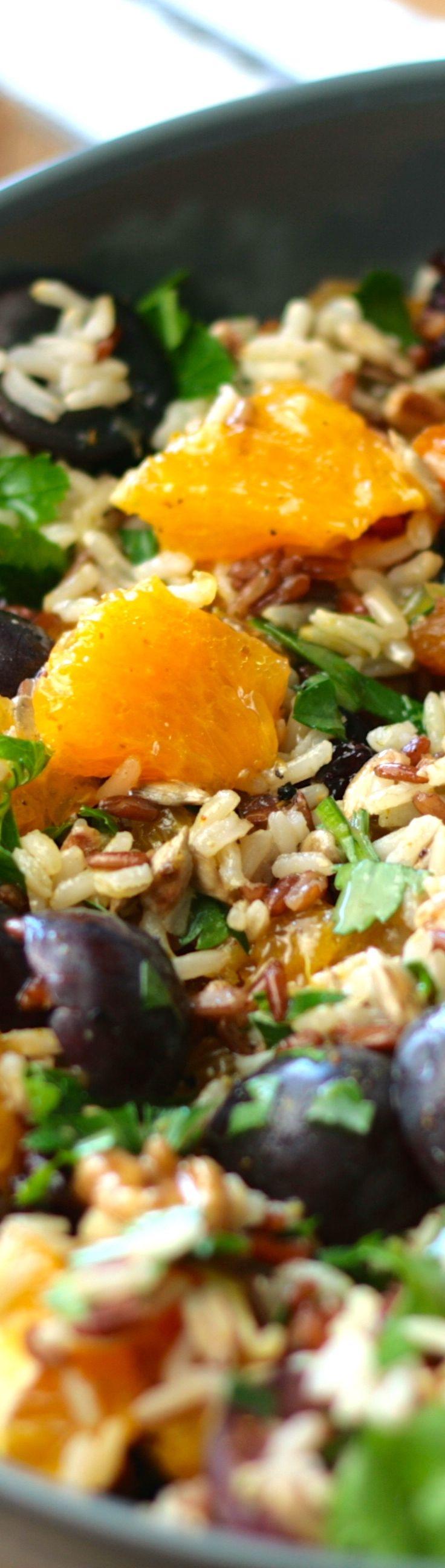 Fruchtiger Salat mit Vollkorn Jasmin Reis - kombiniert mit Trauben, Nüssen und Orange