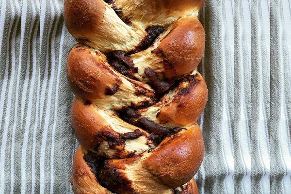 Συνταγή για υπέροχο τσουρέκι με γέμιση από σοκολάτα και πραλίνα. Αλείψτε το όσο είναι ζεστό με λιωμένο βούτυρο για να παραμείνει μαλακό για μέρες.