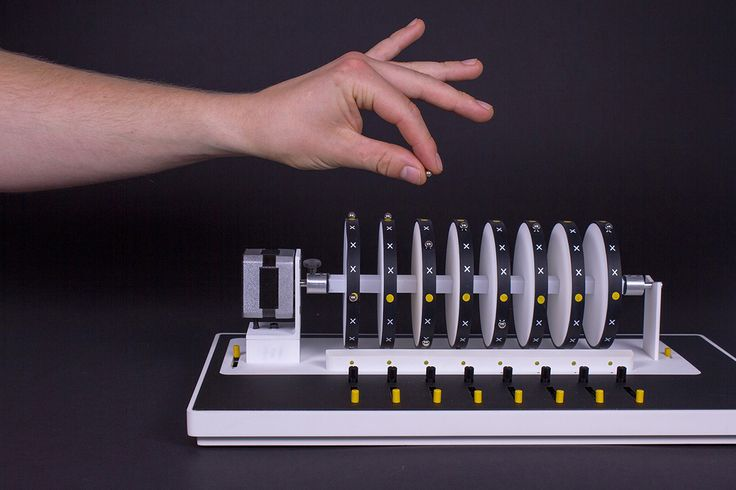 Axel Bluhme diseña un instrumento que permite producir música con pequeños imanes