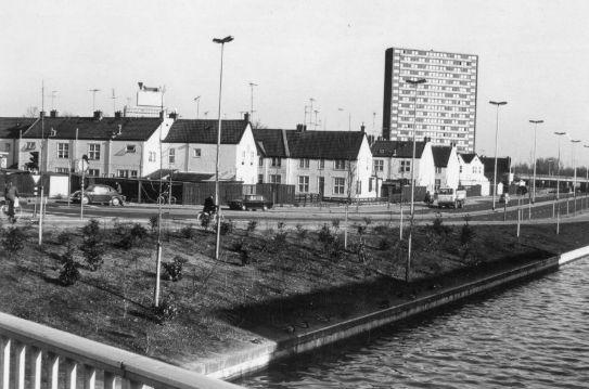 De Sterrenwijk met op de achtergrond de studentenflat aan de Ina Boudier-Bakkerlaan te Utrecht.De foto is in 1975 genomen, vanaf de Albatrosbrug over de Kromme Rijn, door J.P. Tieges.