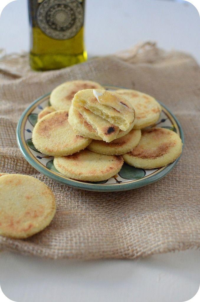 """Pour ceux qui ne connaissent par ce que ça veut dire """"Harcha"""", c'est une galette de semoule qu'on prépare souvent au Maroc. Harcha en arabe signifie """"Rêche"""" et c'est le mot donné à ces galettes qui sont à 100% de semoule qui leur donne une texture rêche..."""