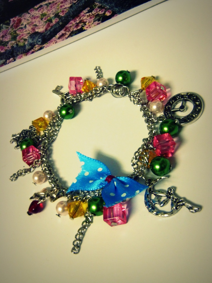 The bracelet is made ​​up of bright colored beads supplemented with 5 charms ... key opening the door to a fantasy world full of fairies, where time stopped. Lights will accompany cheerful bunny with a big bow and heart on his sleeve. They let the bear in this magical world.