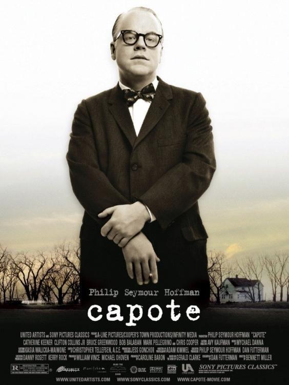 Protagonizada por el malogrado Philip Seymour Hoffman. En noviembre de 1959, Truman Capote lee una crónica del New York Times que relata el sangriento asesinato de los cuatro miembros de la familia Clutter en su granja de Kansas. Aunque sucesos similares aparecen en la prensa todos los días, hay algo llama la atención del escritor y quiere utilizarlo para demostrar una teoría: en manos de un escritor adecuado, la realidad puede ser tan apasionante como la ficción.