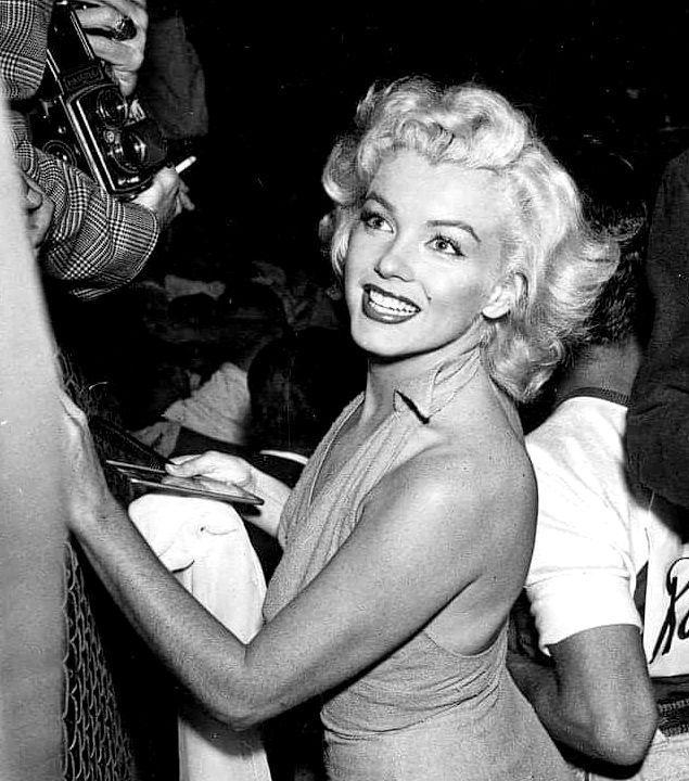 Marilyn Monroe At A Charity Baseball Game 1952 Marilyn Monroe Photos Marilyn Marilyn Monroe