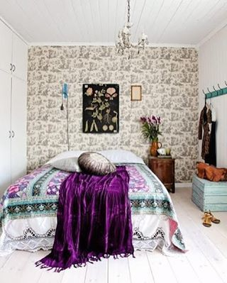 Id Have Some Sweet Dreams In This Boho Bedroom From Kllkkno Bedroominspo Bohochic Bohostyle Bohemian Purple Wallpaper Chandelier