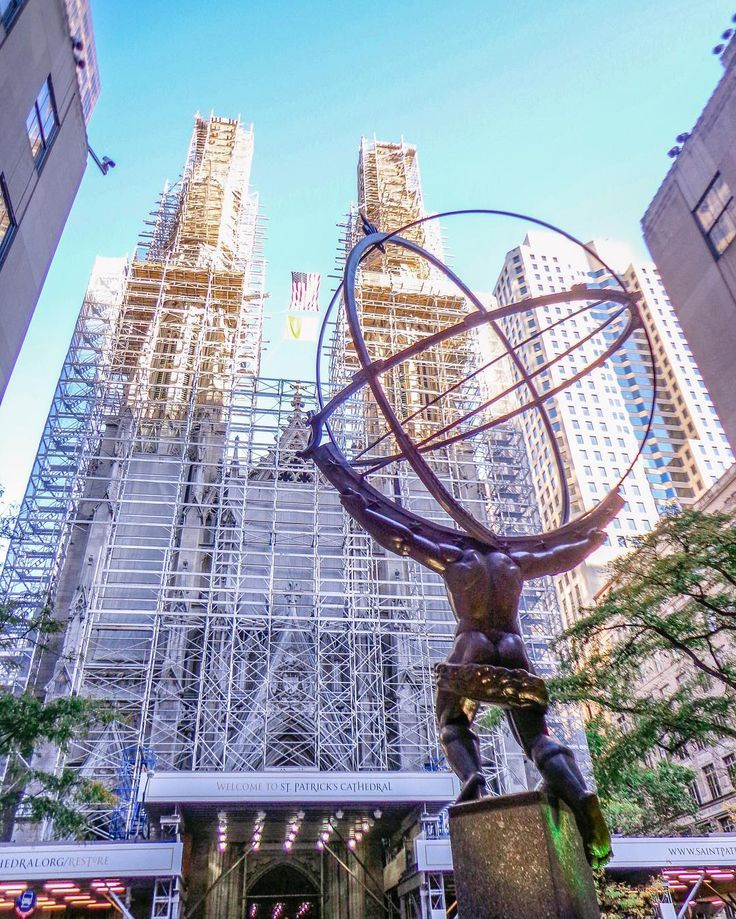 New York | USA  Another beautiful #sculpture in front of #Rockefeller Centre . The way it lift the #world  very #symbolic #symbolism #newyork #usa #limkimkeong #limkimkeong_america #limkimkeong_usa #igtravel #ig_usa #natgeo #wanderlust #旅行 #美国 #纽约 #art
