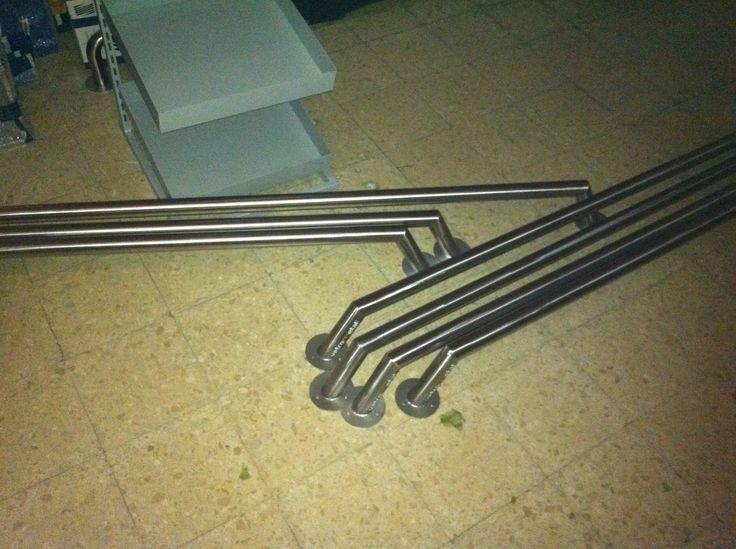 Baias em aço inox, para proteção de paredes de lojas e supermercados.