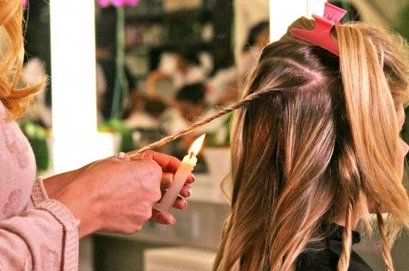 Arriva dal Brasile il nuovo rimedio per eliminare le DOPPIE PUNTE. La VELATERAPIA utilizza la fiamma di una candela per sigillare le doppie punte, eliminare l'effetto crespo e rendere i capelli più sani: cosa vuoi di più dalle #questionidistile?! Ovviamente non devi farlo a casa, rivolgiti a un professionista! #hairartitaly