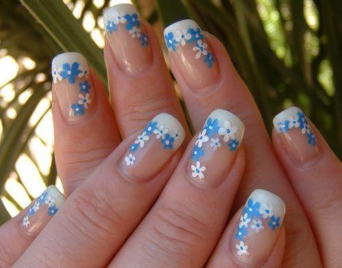 Uñas con flores azules y blancas. Divinas!!!