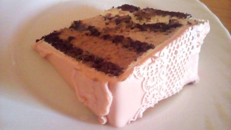 3 csokis torta ehető csipkével az oldalán