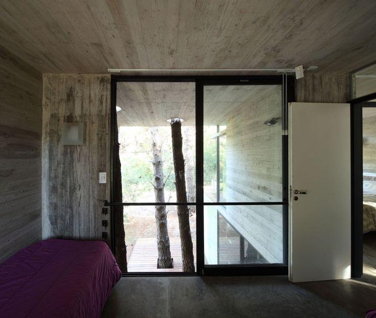 Surprenante maison isolée dans les bois dont les formes modernes s'adaptent à la natureenvironnante.   Après la recette du pain, je v...
