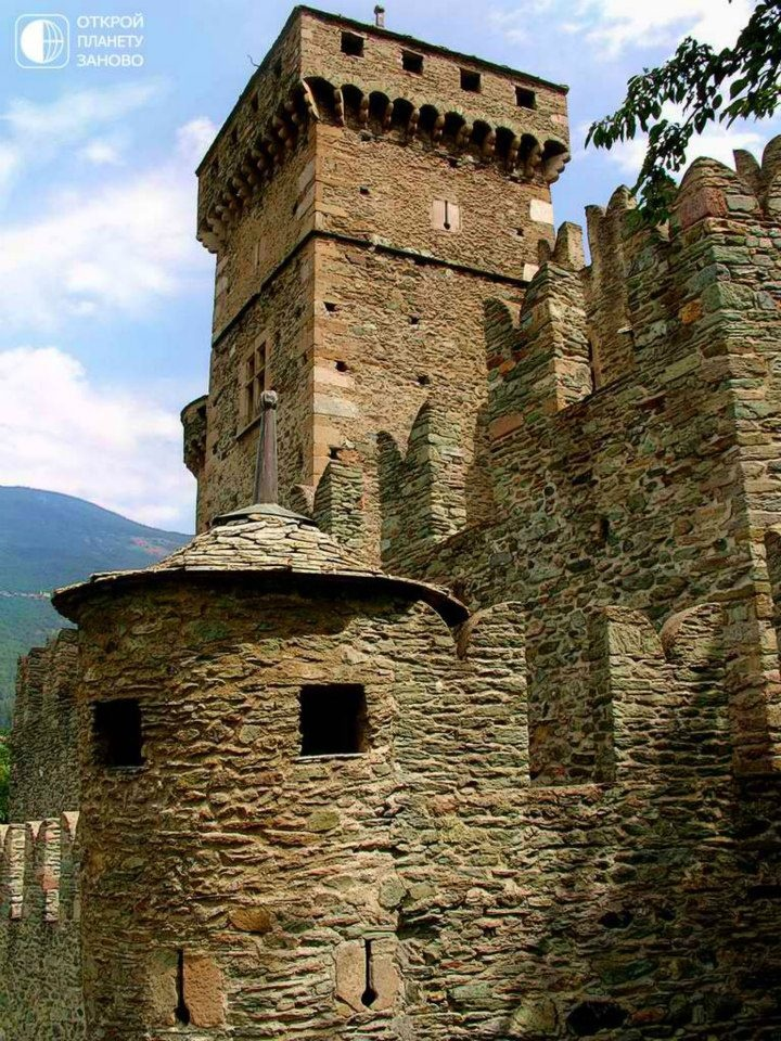 castle Fenis, built in 1242 in the province, now known as the Valle d'Aosta (it. Valle d'Aosta).