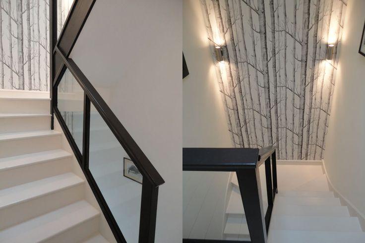 Wąska i ponura klatka schodowa tego mieszkania rozświetliła się i nabrała szyku w tonacji black & white. Stała się jego atrakcyjną częścią.