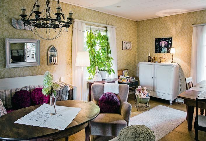 Vanhaan taloon sopivia huonekaluja on hankittu huutokaupoista. | Haaveiden huvila | Koti ja keittiö | Jonna Kivilahti | Krista Keltanen