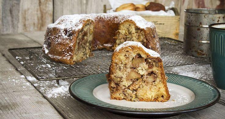Κέικ μήλου από τον Άκη Πετρετζίκη. Το πιο αφράτο και εύκολο κέικ με μήλα που δεν χρειάζεται μίξερ. Ιδανικό σνακ για όλες τις ώρες της ημέρας! Δοκιμάστε το!!
