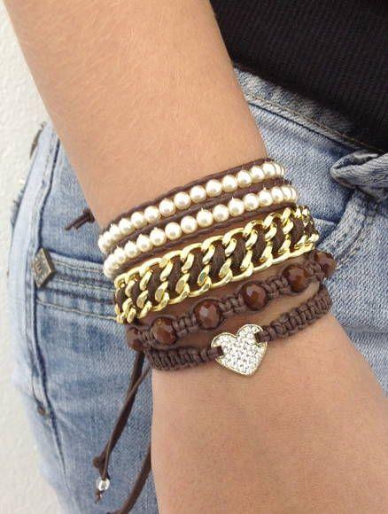 Mix de pulseiras composto de 4 pulseiras, sendo: - 1 pulseira estilo Chan Luu, com pérolas e couro indiano marrom - 1 pulseira de corrente dourada e camurça marrom - 1 pulseira shambala de coração com strass - 1 pulseira shambala de cristais facetados > Pulseiras ajustáveis, mas informe a medida do seu pulso que faremos personalizada para melhor ajuste. R$ 49,90