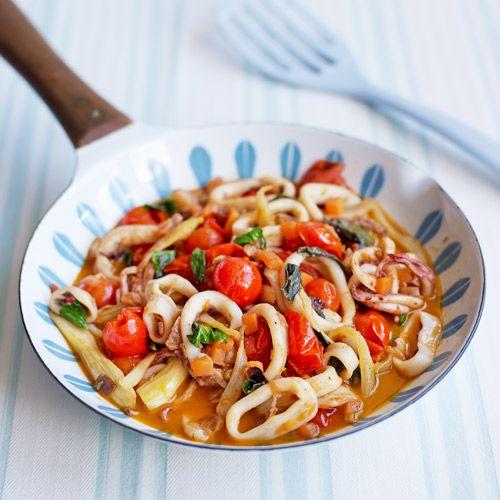 Knoflook, venkel, tomaat en inktvis spelen de hoofdrol in deze stoofpot! Serveer met spaghetti, rijst of stokbrood: jouw keuze.    1. Verhit de olie in een grote koekenpan en bak de uisnippers glazig. Voeg knoflook, wortel, venkel en venkelzaad toe en...