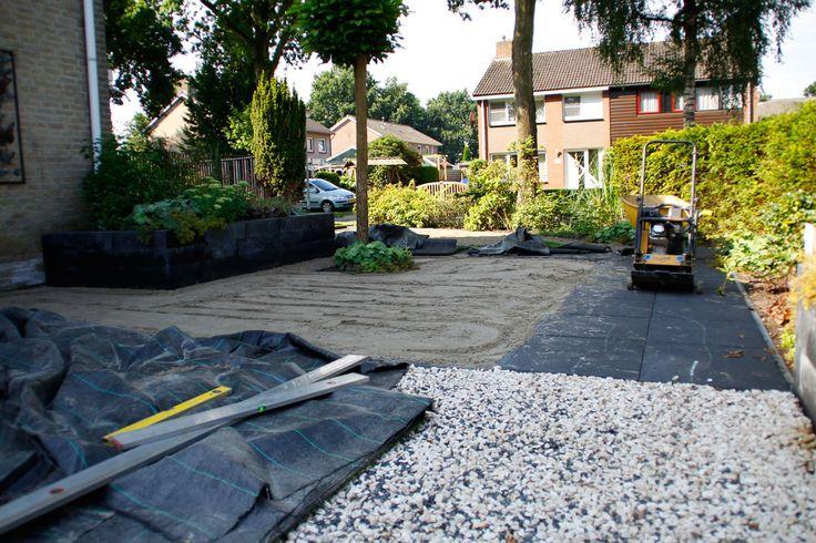 voorbereiding kunstgras leggen, ondergrond afgraven 0,15 cm zand aantrillen en egaliseren kunstgras uit rollen en op maat snijden verzwaren met infillzand