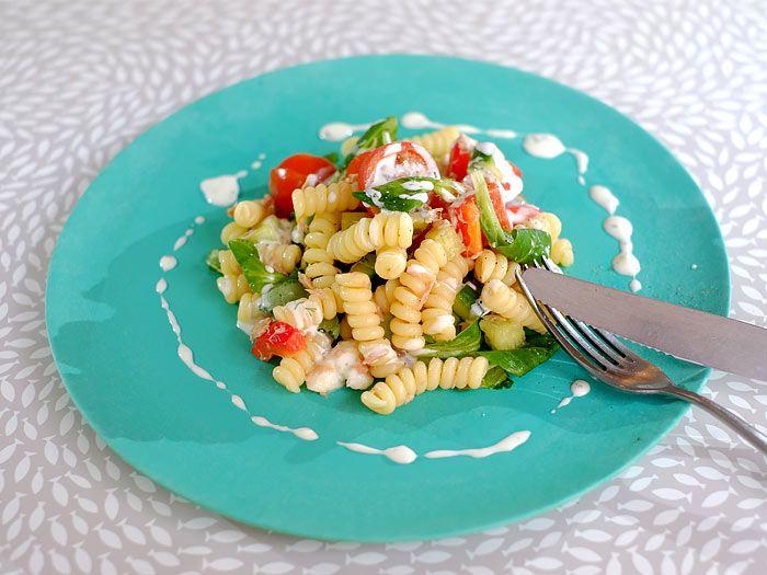 Een snelle pastasalade met tonijn, veldsla en yoghurtdressing
