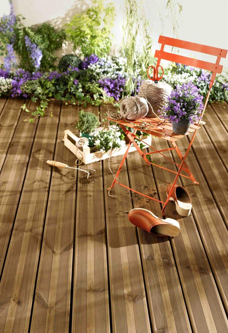 Optez pour la chaleur du bois pour votre terrasse avec les lames de terrasse en pin teinté. Belle inspiration pour vos sols extérieurs.
