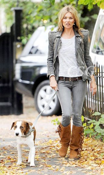 Whoever said that looking stylish while walking the dog was impossible was definitely mistaken! Kate Moss gave the final touch to her uber trendy look with these MANGO touch wide-leg suede boots with fringes while walking her dog Archie.