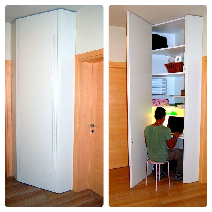 Soluzioni angolari salvaspazio: armadio-studio su misura laccato bianco / Space-saving corner solutions: closet-study tailored white lacquered