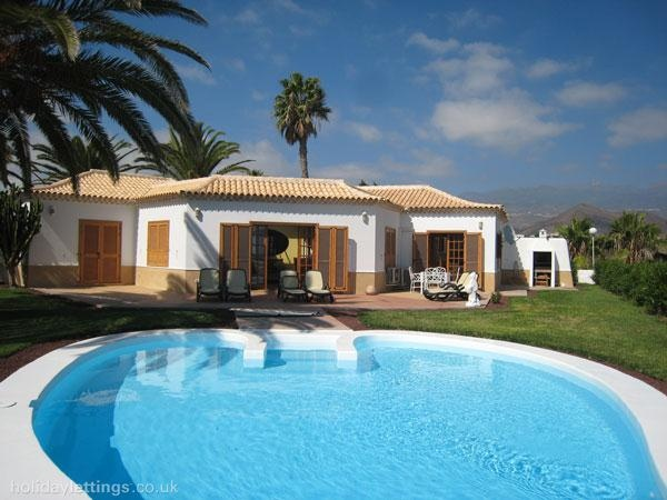 4 bedroom villa in Golf del Sur to rent from £800 pw, on a golf resort with a private pool and a tennis court. Also with solarium, balcony/terrace and TV.