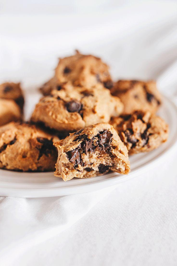 Vanillaholica | 5 Minuten vegane Chocolate Chip Kekse, glutenfrei und proteinreich | http://www.vanillaholica.com . . Wenn du in knapp 5 Minuten und einer Handvoll Zutaten vegane Chocolate Chip Kekse backen willst, kommt dieses Rezept genau richtig. Es ist ohne industriellen weißen Zucker, glutenfrei, laktosefrei und vegan. Das perfekte Rezepte für gesunde Kekse zwischendurch.