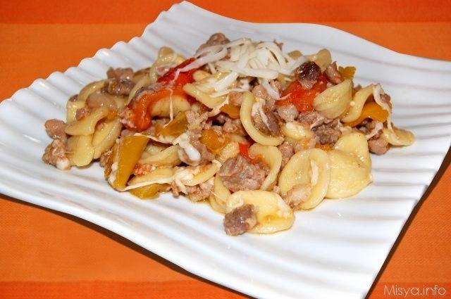 Orecchiette con peperoni e salsiccia