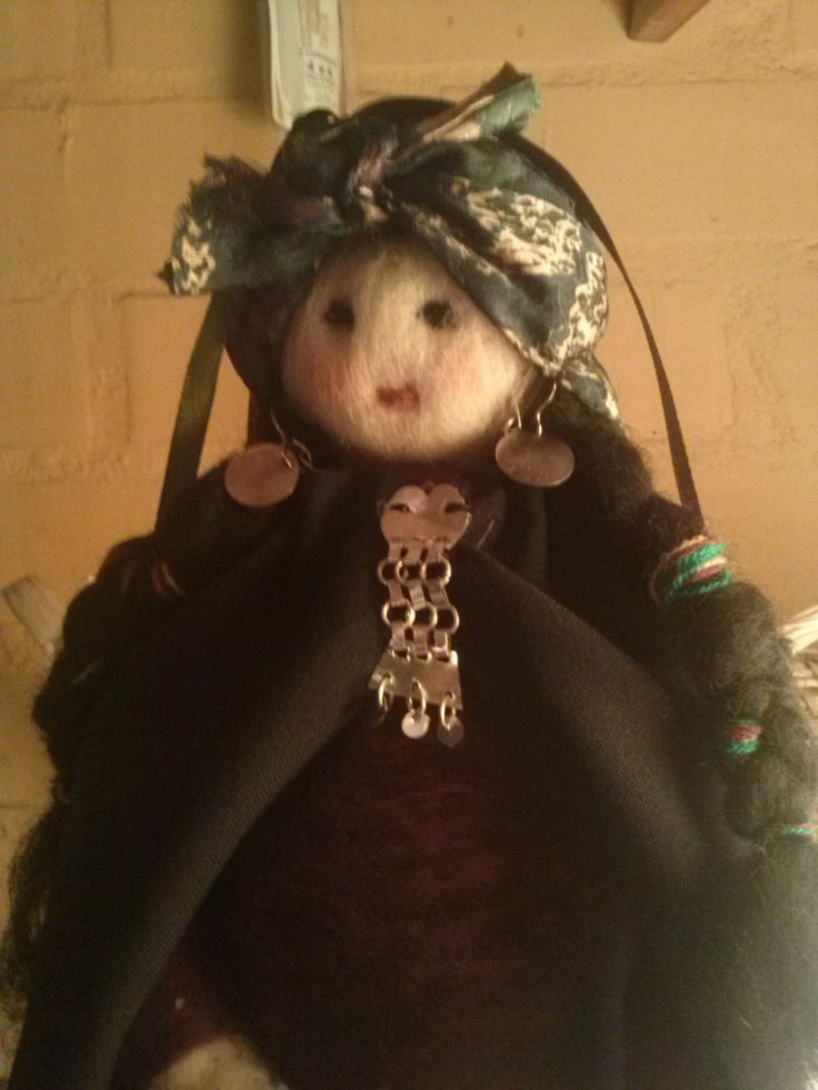 Muñeca de fieltro Mapuche.