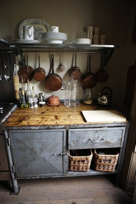 old kitchen: love this! i wish i could live in either a massive house with a nice kitchen OR a small cottage with a quiant kitchen :)