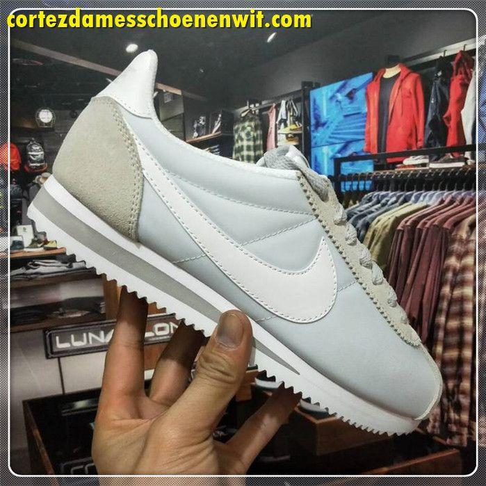 reputable site 407bd ab21e Nike Classic Cortez 749864-010 Nylon Dames Loopschoenen Licht Grijs Wit