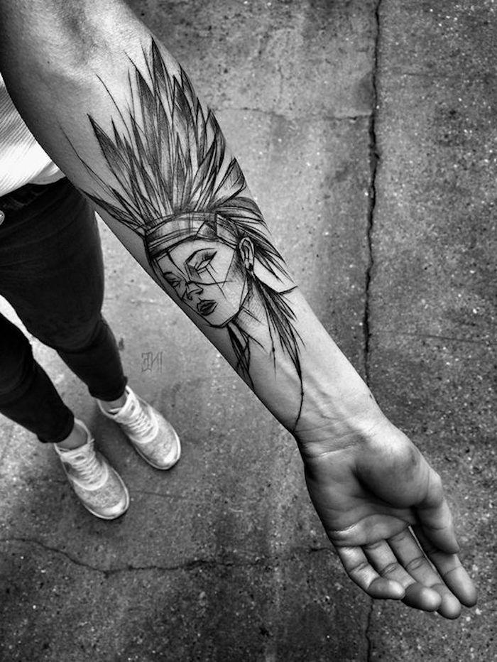 tattoo motive, unterarm tätowieren, frau mit indianer kopfschmuck