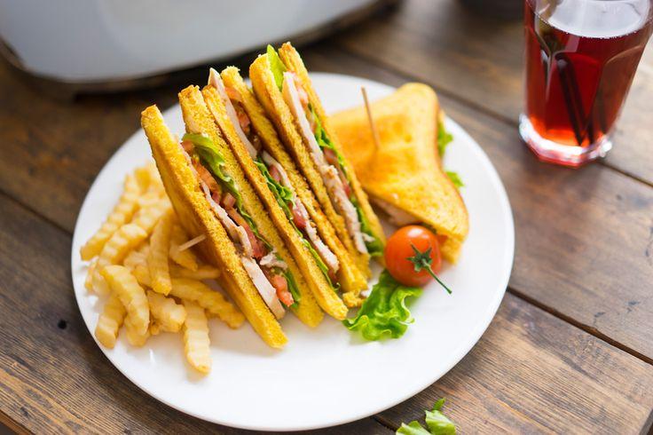 Идея завтрака: клубный сендвич   Я тут подумал, почему бы не вспомнить о клубных сендвичах?! Готовится он элементарно, пока в тостере будет жариться хлеб, мы приготовим всё остальное.