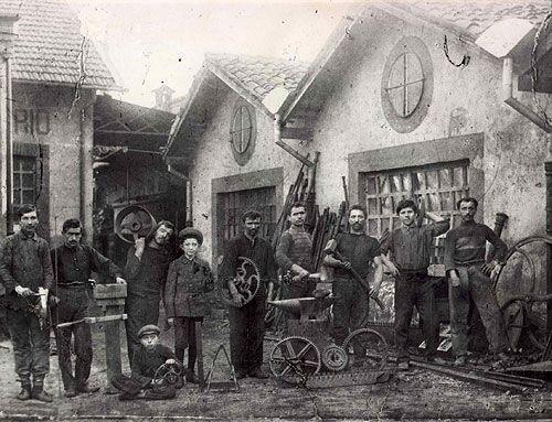 Comerio Ercole - Alcuni operai della Comerio Ercole nel 1885. #TuscanyAgriturismoGiratola