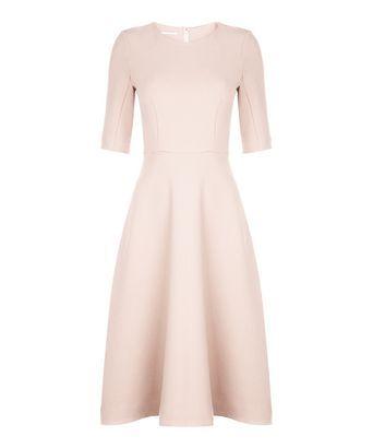Jurk crepe couture - Zachtroze jurk van geweven stof met elastaan. Rok heeft een cirkel shape met een fitted bovenlijfje. Grafische belijning met een blinde rits middenachter. Het jurkje valt over knie en heeft korte mouwtjes.