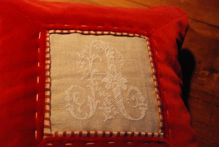 particolare di cuscino : velluto e iniziale ricamata