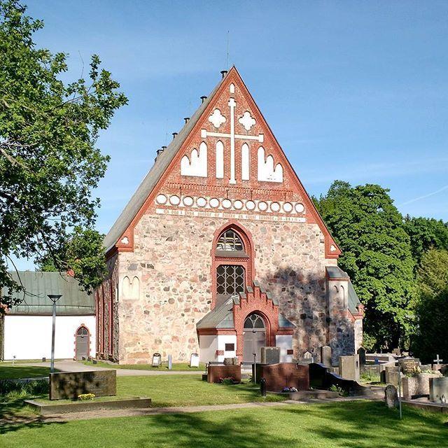 Pääkaupunkiseudulla ei ole kovinkaan monta Kolumbuksen reissuja edeltänyttä rakennusta. Itse asiassa Helsingin pitäjän kirkonkylällä sijaitseva Pyhän Laurin kirkko taitaa olla se ainoa. Kirkon komeat kiviseinät ovat peräisin 1450-luvulta vaikka muut osiot ovatkin uusittu reilu sata vuotta sitten palon jäljiltä. Kirkon ympärillä sijaitsi keskiaikainen kylä, josta lisää myöhemmin!
