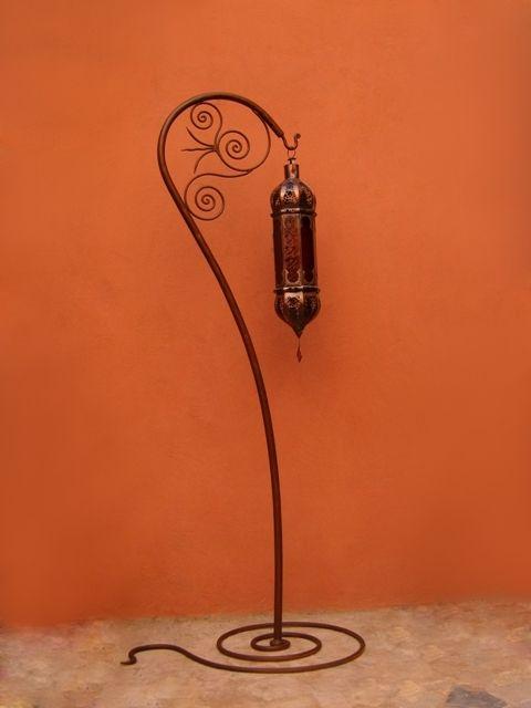 Deco marocaine : Porte lanterne en fer forgé sur base en serpentin. Artisanat Maroc
