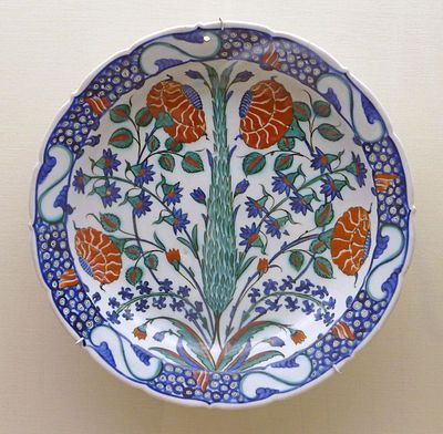 İznik pottery - Wikipedia, the free encyclopedia 【Dish with foliate rim decorated with flowers and a cypress tree, c. 1575】